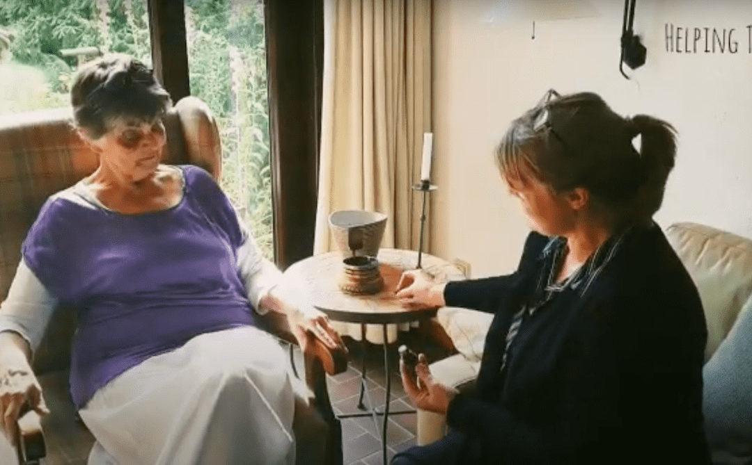 Gabi Brügmann bei Antje Krebs für eine Aroma Touch Handmassage
